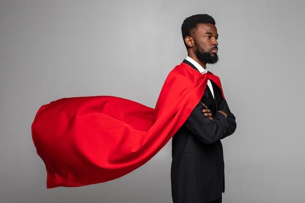 Zijaanzicht van afrikaanse zakenman in pak met held rode cout
