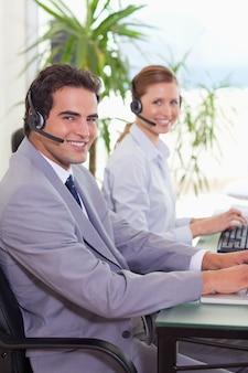 Zijaanzicht van agenten van het callcenter