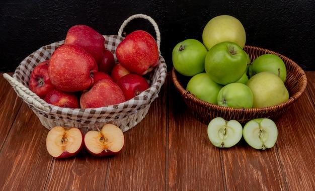 Zijaanzicht van appels in manden met half gesneden appels op houten oppervlak en zwart