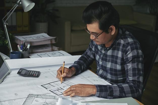 Zijaanzicht van architect die het onroerendgoedproject ontwikkelt