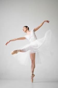 Zijaanzicht van ballerina dansen