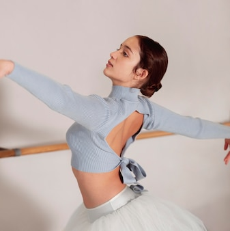 Zijaanzicht van ballerina repeteren in tutu rok