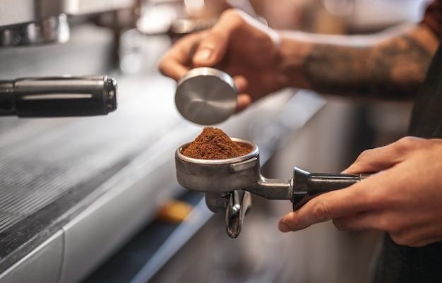 Zijaanzicht van barista koffie maken in een café
