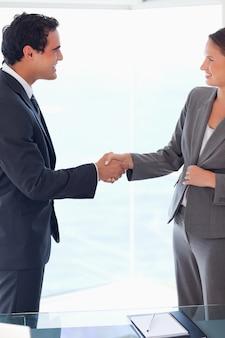 Zijaanzicht van bedrijfsmensen die elkaar welkom heten