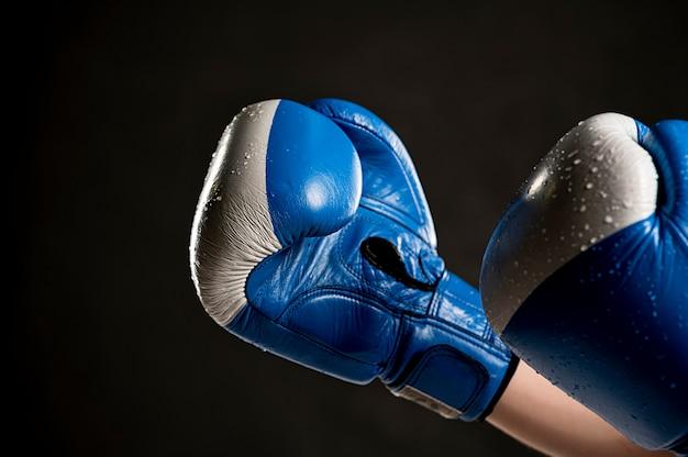 Zijaanzicht van beschermende handschoenen voor boksen