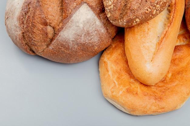 Zijaanzicht van brood als maïskolf en vietnamese baguettes tandir op blauwe oppervlakte
