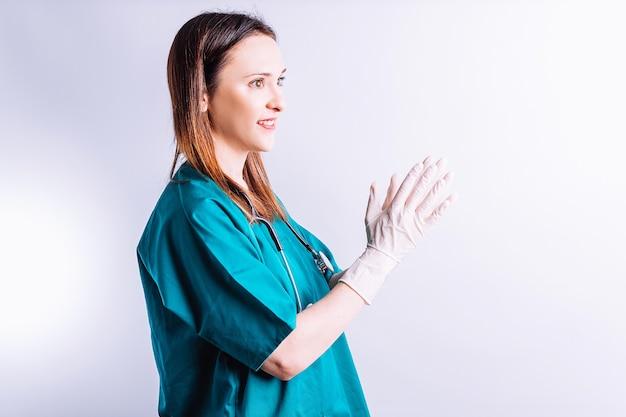 Zijaanzicht van chirurg arts met lachende stethoscoop applaudisseren medische felicitatie concept voor goede resultaten
