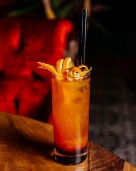Zijaanzicht van citrus cocktail met grapefruit en sinaasappel op een houten tafel