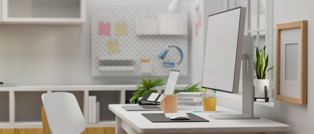 Zijaanzicht van computer met mockup scherm op de werktafel in witte concept kantoorruimte 3d-rendering