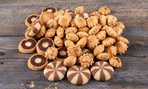 Zijaanzicht van crackers en koekjes op donkere houten horizontaal