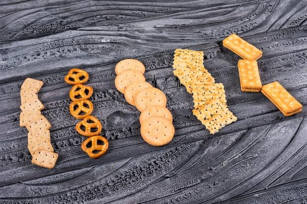 Zijaanzicht van crackers op donkere horizontaal