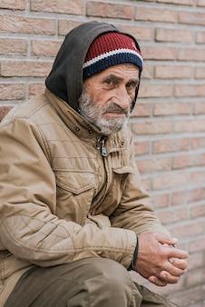 Zijaanzicht van dakloze man buitenshuis