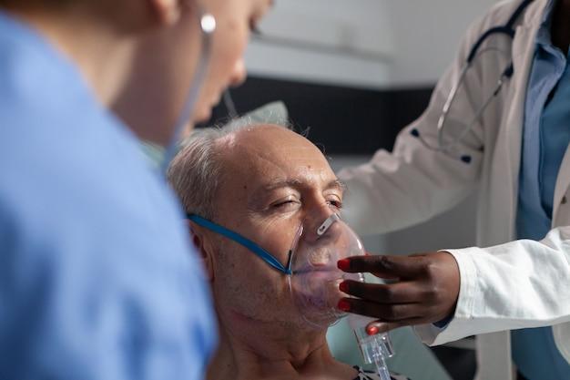 Zijaanzicht van de ademhaling van een oudere patiënt, geassisteerd door een beademingsbuis