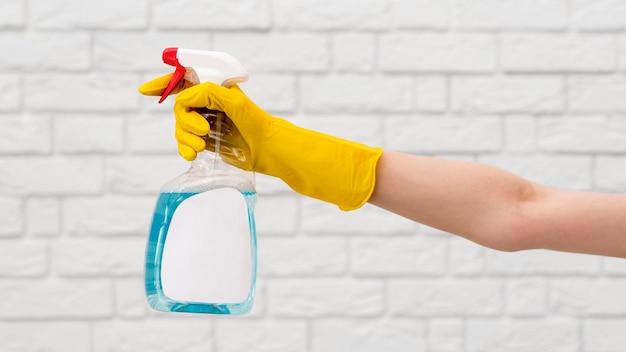 Zijaanzicht van de arm met reinigingsoplossing voor handschoenopeningen
