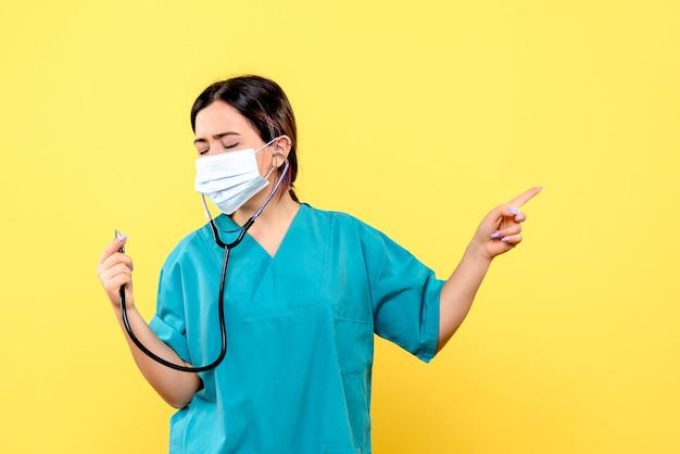 Zijaanzicht van de arts draagt een masker om niet met covid te infecteren
