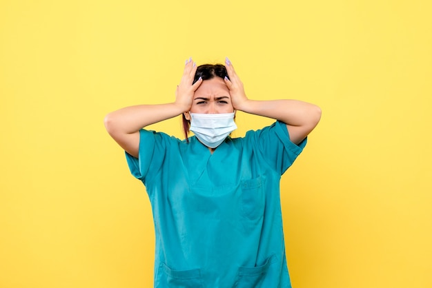 Zijaanzicht van de dokter denkt na over hoe patiënten met covid kunnen worden genezen