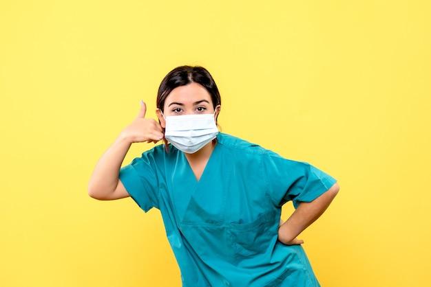 Zijaanzicht van de dokter in blauw medisch uniform vertelt over het belang van maskers