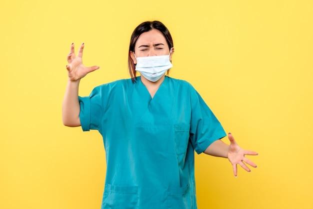 Zijaanzicht van de dokter in een masker is zenuwachtig over de pandemie
