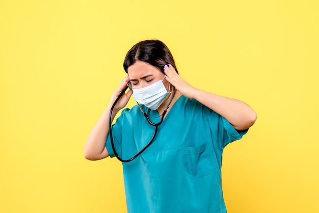 Zijaanzicht van de dokter moedigt mensen aan om een masker te dragen
