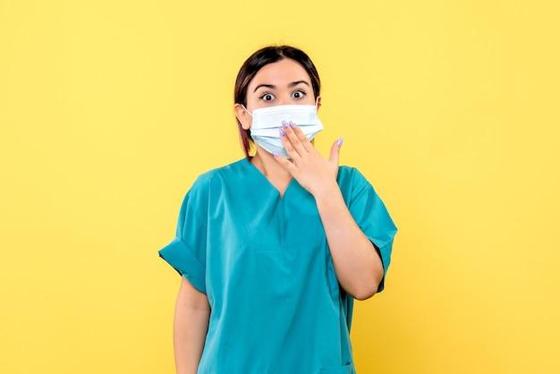 Zijaanzicht van de dokter moedigt mensen aan om maskers te dragen tijdens een pandemie