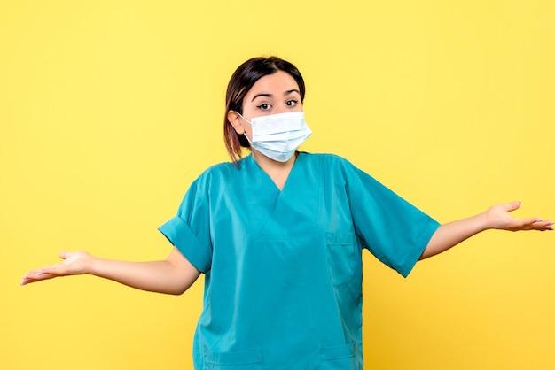 Zijaanzicht van de dokter vertelt over maskers tijdens een pandemie