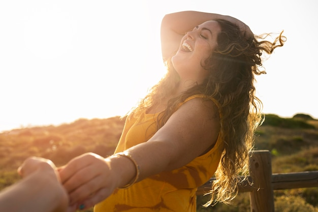 Zijaanzicht van de gelukkige handen van de vrouwenholding met fotograaf