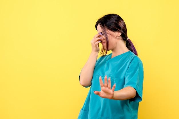 Zijaanzicht van de goede dokter weet wat patiënten met covid niet moeten doen