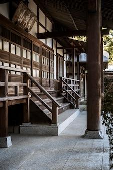 Zijaanzicht van de ingang van de japanse tempel