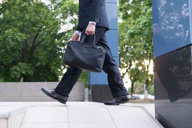 Zijaanzicht van de man met handtas