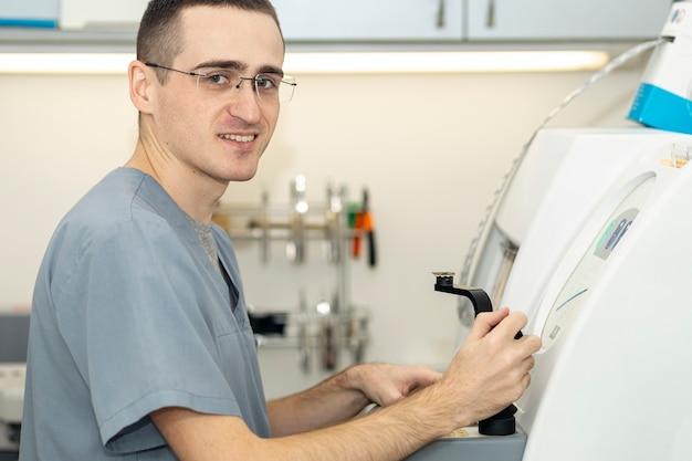Zijaanzicht van de mens die glazen draagt die aan apparatuur werken