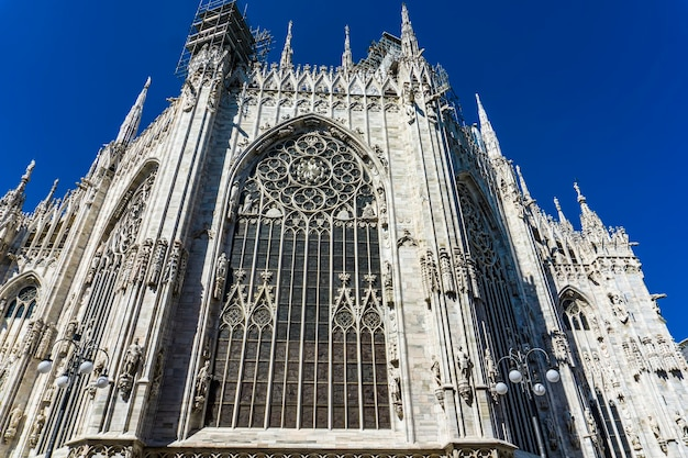Zijaanzicht van de muur van de kathedraal van milaan in italië