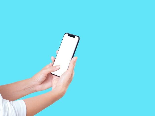Zijaanzicht van de smartphone van de vrouwenholding