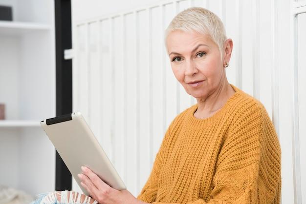 Zijaanzicht van de tablet van de bejaardeholding