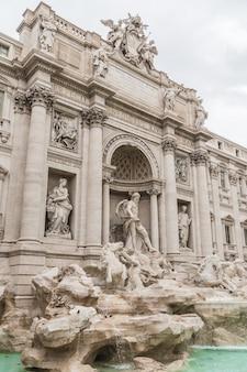 Zijaanzicht van de trevi-fontein in rome