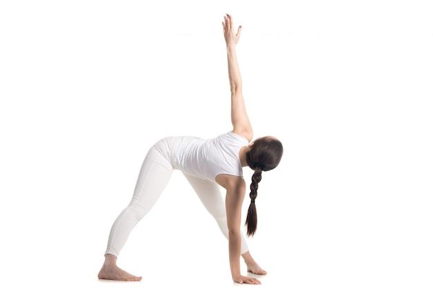 Zijaanzicht van de vrouw die zich uitstrekt haar linkerarm