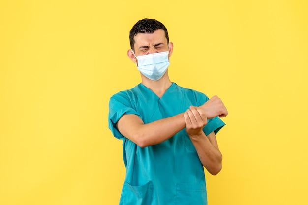 Zijaanzicht van een arts die een arts over handletsel spreekt