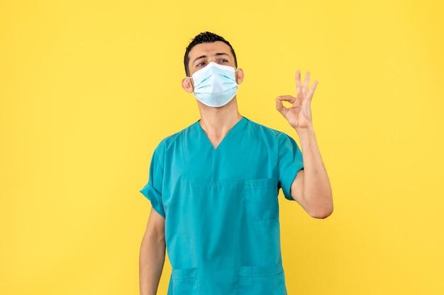 Zijaanzicht van een arts geeft adviezen aan mensen Gratis Foto