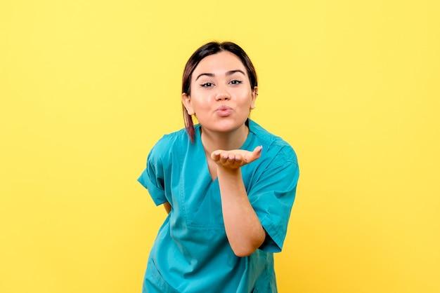 Zijaanzicht van een arts is blij met het gedrag van patiënten