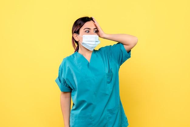 Zijaanzicht van een arts is verbaasd over de symptomen van covid