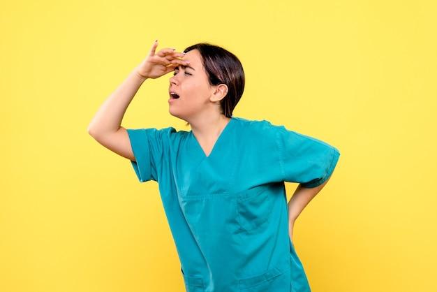 Zijaanzicht van een arts is verrast door het gedrag van de ernstig zieke patiënten