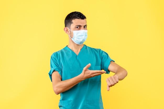 Zijaanzicht van een arts met masker wijst naar de linkerhand