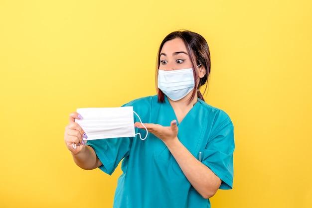 Zijaanzicht van een arts praat over maskers tijdens covid pandemie