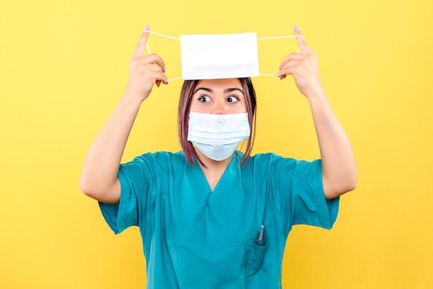 Zijaanzicht van een arts vertelt over het belang van het dragen van maskers