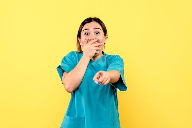 Zijaanzicht van een arts wordt verrast door het gedrag van de patiënt