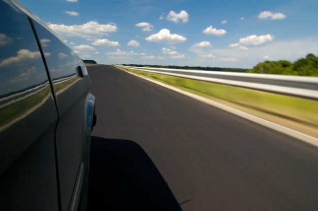Zijaanzicht van een auto is een gladde snelweg