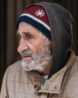 Zijaanzicht van een bebaarde dakloze man