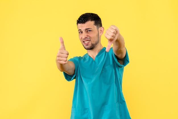Zijaanzicht van een dokter die poseert