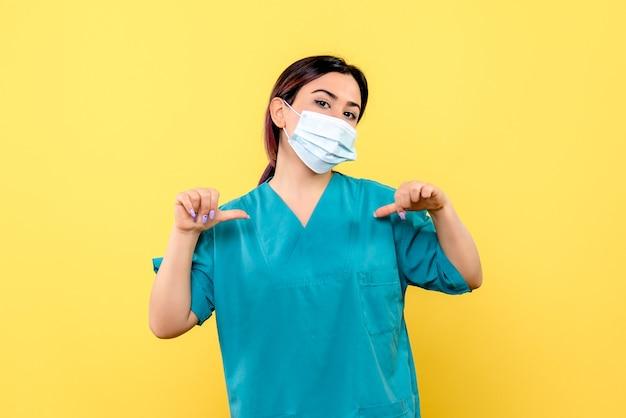 Zijaanzicht van een dokter in masker is trots dat ze de patiënten heeft genezen