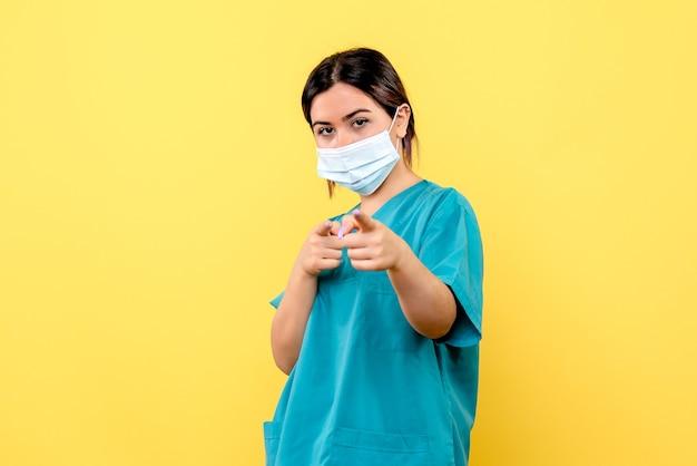Zijaanzicht van een dokter in masker is trots dat ze de patiënten met coronavirus genas