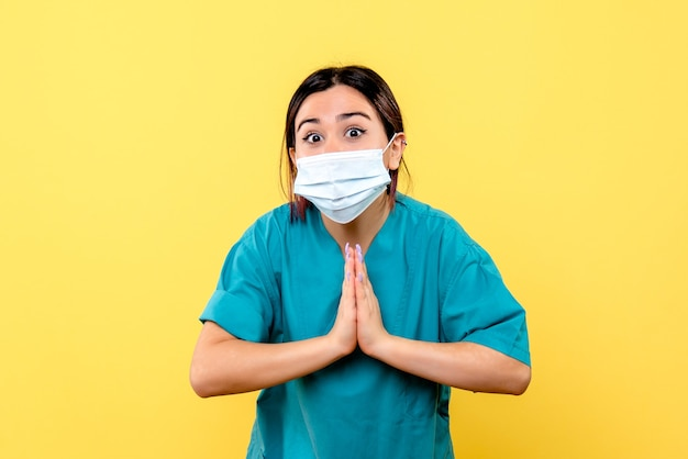 Zijaanzicht van een dokter in masker moedigt mensen aan om een masker te dragen tijdens een pandemie van covid